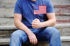 Homem considerável que guarda a bandeira americana Imagens de Stock