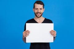 Homem considerável que guarda um cartaz vazio foto de stock royalty free