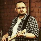 Homem considerável que joga sua guitarra da caixa de charuto Foto de Stock Royalty Free
