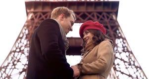 Homem considerável que olha a mulher bonita com amor, primeira data, romance em Paris foto de stock royalty free