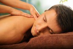 Homem considerável que relaxa no salão de beleza dos termas Imagem de Stock Royalty Free