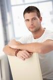 Homem considerável que senta-se inversamente na cadeira fotos de stock