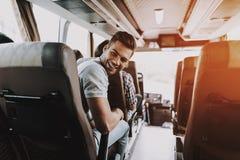Homem considerável que tem o divertimento que viaja no ônibus de excursão imagens de stock royalty free