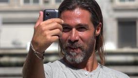 Homem considerável que toma Selfy filme