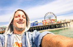 Homem considerável que toma um selfie em Santa Monica Pier California Fotografia de Stock