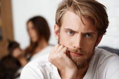 Homem considerável virado na discussão com seu fundo da amiga fotos de stock