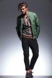 Homem considerável no casaco de cabedal que olha afastado Imagens de Stock Royalty Free