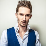 Homem considerável novo elegante no retrato branco da forma do estúdio da camisa & da veste Foto de Stock Royalty Free