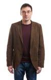 Homem considerável novo no sorriso do terno e dos vidros Imagens de Stock Royalty Free