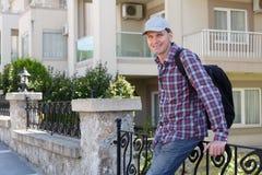 Homem contra o bloco de apartamentos foto de stock