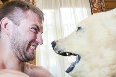 Homem contra o urso Fotografia de Stock Royalty Free