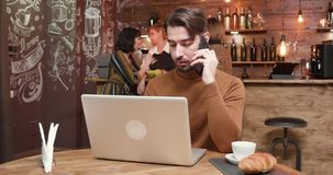 Homem contratado em uma conversa telefônica em uma cafetaria do vintage filme