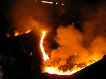 Homem corajoso no fogo do metal Fotografia de Stock Royalty Free