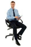 Homem corporativo que trabalha no dispositivo de almofada do toque imagens de stock