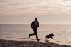 Homem corrido com cão Imagens de Stock