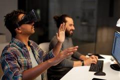 Homem criativo em auriculares da realidade virtual no escritório Fotografia de Stock
