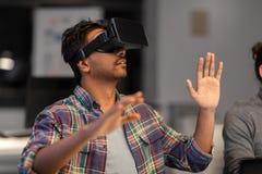 Homem criativo em auriculares da realidade virtual no escritório Imagem de Stock Royalty Free