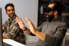 Homem criativo em auriculares da realidade virtual no escritório Imagens de Stock Royalty Free