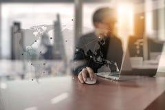 Homem criativo novo do desenhista que trabalha no escritório com computador Foto de Stock