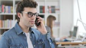 Homem criativo que fala no telefone vídeos de arquivo