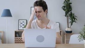 Homem criativo virado na frustração para resultados do trabalho no portátil filme