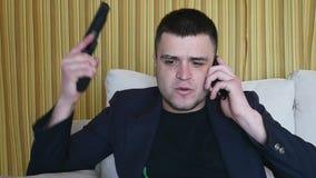 Homem criminoso forçado com a arma que tem o dever da em-chamada em casa video estoque