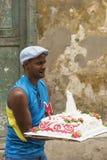 Homem cubano com grande bolo Fotos de Stock Royalty Free