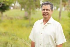 Homem cubano considerável em um parque tropical Imagens de Stock Royalty Free