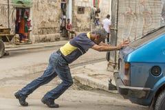 Homem cubano que empurra Havana quebrado Imagens de Stock