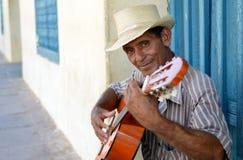 Homem cubano que joga a guitarra Fotografia de Stock Royalty Free