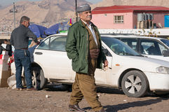 Homem curdo que anda em um Souq em Iraque Fotos de Stock Royalty Free