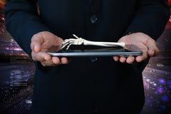 homem 3d que mostra a tabuleta e a mão carregadas Imagens de Stock Royalty Free