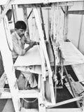 Homem da Índia que tece no tear tradicional Imagens de Stock Royalty Free