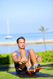 Homem da aptidão do treinamento que faz o exercício de sentar-UPS Foto de Stock