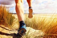 Homem da aptidão que corre na praia Fotos de Stock