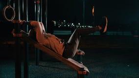 Homem da aptidão que exercita em noites de verão filme