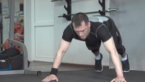Homem da aptidão que faz o treinamento intenso de aplauso do exercício de impulso-UPS no gym video estoque