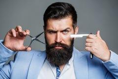 Homem da barba, homem farpado Homem da barba do retrato Tesouras do barbeiro e lâmina reta, barbearia, terno Barbeiro do vintage imagem de stock