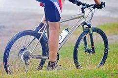 Homem da bicicleta da montagem ao ar livre fotografia de stock