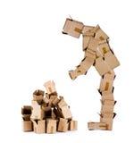 Homem da caixa que olha a pilha da caixa Foto de Stock Royalty Free