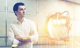 Homem da camisa no cofre-forte aberto branco próximo com gráficos Imagens de Stock