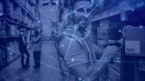 Homem da composição do armazém no armazém que faz a varredura de uma caixa combinada com a animação da conexão filme