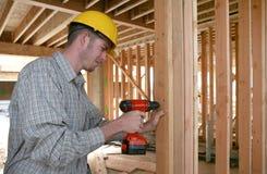 Homem da construção que usa a broca Fotos de Stock Royalty Free
