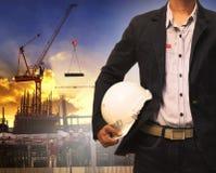 Homem da engenharia e capacete de segurança branco que trabalham na construção Fotografia de Stock
