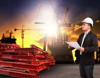 Homem da engenharia que trabalha no local e no readin da construção civil foto de stock