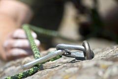 Homem da escalada de rocha em uma rocha Foto de Stock Royalty Free