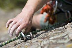 Homem da escalada de rocha em uma rocha Fotografia de Stock Royalty Free