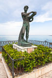 Homem da escultura e o mar na cidade de Giardini Naxos Fotos de Stock Royalty Free
