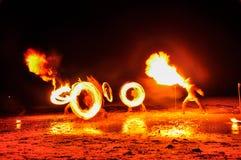 homem da Fogo-mostra na ação com fogo Fotografia de Stock Royalty Free