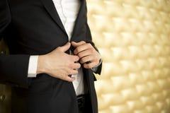 Homem da forma na posição do smoking Imagens de Stock Royalty Free